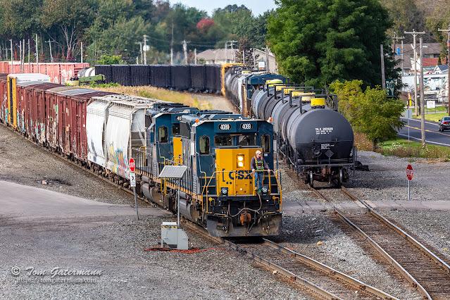 CSXT 4089 and CSXT 4046 pull their cars forward in DeWitt Yard