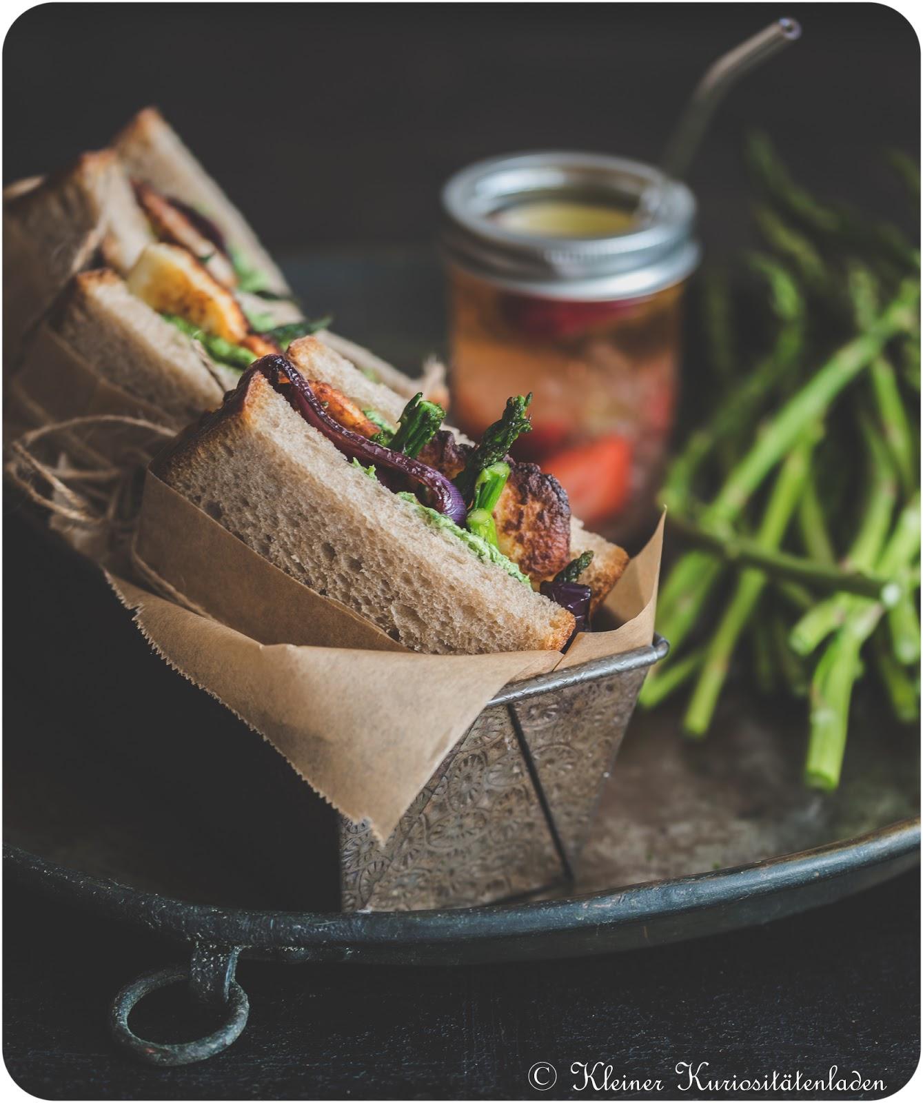 Halloumi-Sandwich mit gegrilltem Spargel und Grüner Sauce