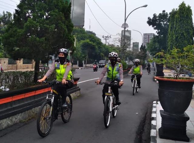 Polwan Polres Magelang Kota melaksanakan patroli sepeda di wilayah Kota Magelang, Selasa (25/5/2021) kemarin. Patroli itu salah satunya bertujuan untuk memberikan 'woro-woro' mengenai protokol kesehatan ke masyarakat