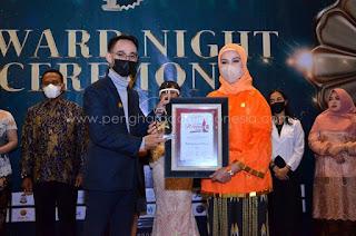 Herfida Attas Terima Penghargaan Best Inspiring & Creativity Women Award Winner 2021