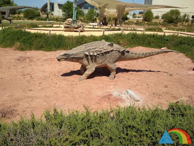 Escultura de dinosaurio en Tierra Magna de Dinópolis