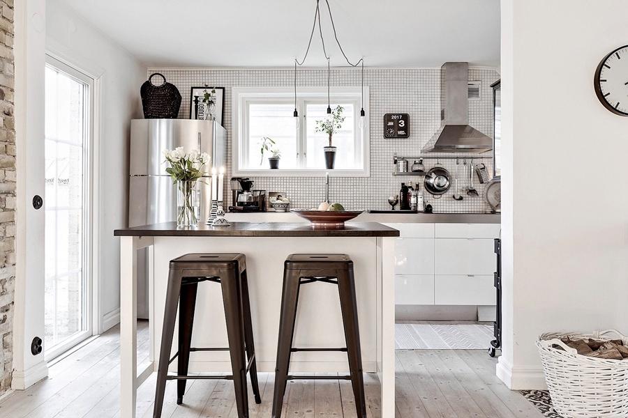 Skandynawski, biały domek z rustykalnymi elementami, wystrój wnętrz, wnętrza, urządzanie mieszkania, dom, home decor, dekoracje, aranżacje, styl skandynawski, scandinavian style, styl rustykalny, rustic, cegła, drewno, biel, white, kuchnia, kitchen, wyspa kuchenna