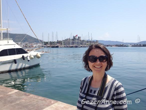 Bodrum marina civarında dolaşırken, arkada Bodrum kalesi