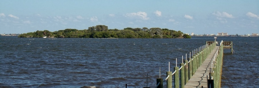 Vista del Banana River con las Barrier Islands de fondo. A la izquierda, una de las Spoil Islands
