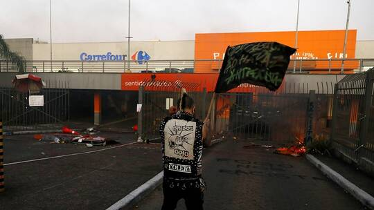 """ضرب رجل أسود حتى الموت بمتجر يفجر أعمال عنف في البرازيل، سوبر ماركت """"كارفور""""،  بورتو أليغري، أعمال عنف، حربوشة نيوز"""