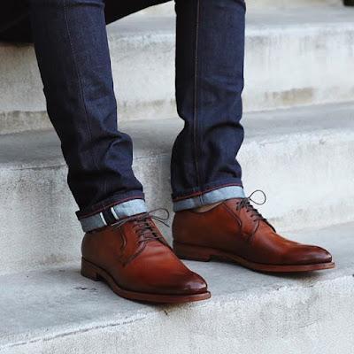 uso do sapato marrom com calça jeans escura
