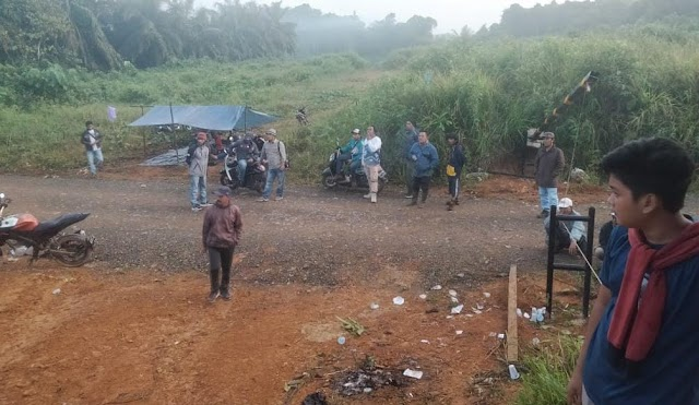 LSM Aliansi Pemuda Kotabaru Blokade Jalan Perbatasan Perusahaan Sawit dan Inhutani