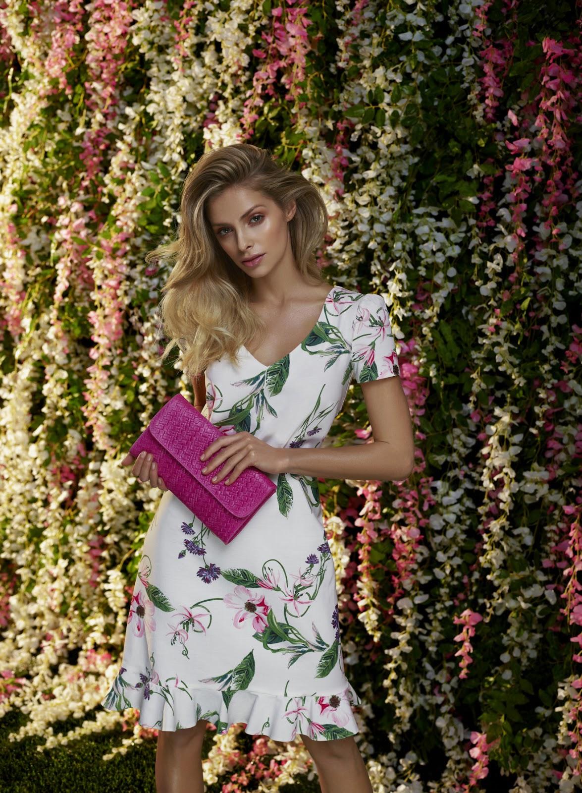 Wesele w stylu garden party – jak się ubrać? Kobinezon a może sukienka w kwiaty?