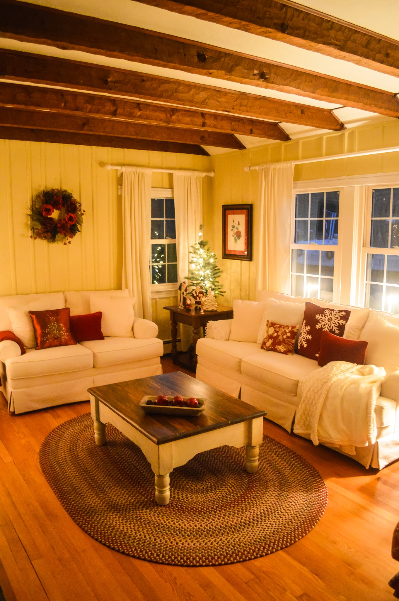 White Cottage Style Living Room At Christmas