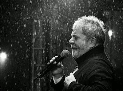 Lula discursando na chuva