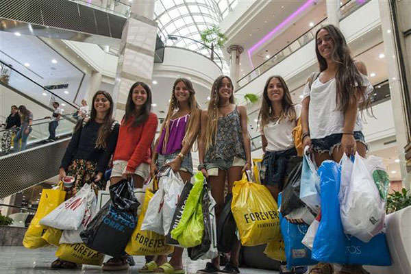 Argentine tourists buying in a mall.