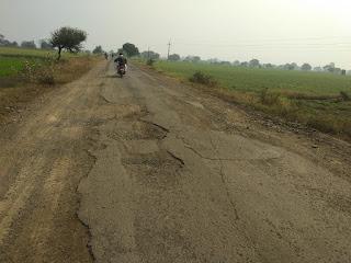 लाबरिया-दसाई मार्ग को पीडब्लुडी और पीएम सडक के बीच बांटकर कर दिया बदहाल