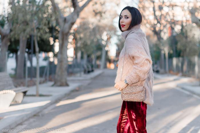 moda tendencias Streetstyle Ideas para un Look abrigado de fiesta pantalones de terciopelo burdeos Revolve y jersey de lana Zara