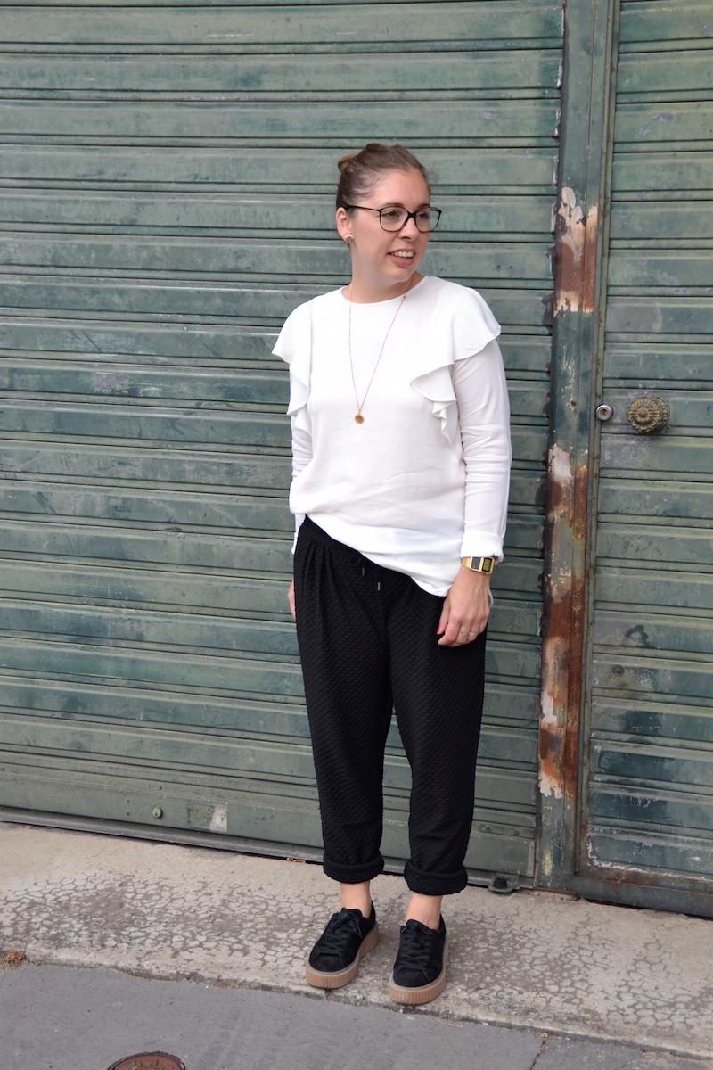 Pantalon jogger H&M, blouse a volants blanche H&M, creepers Public desire, collier backstage store.