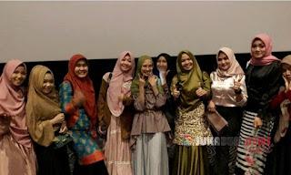*Aci Cahaya bersama teman-teman usai nonton film Ajari Aku Islam*