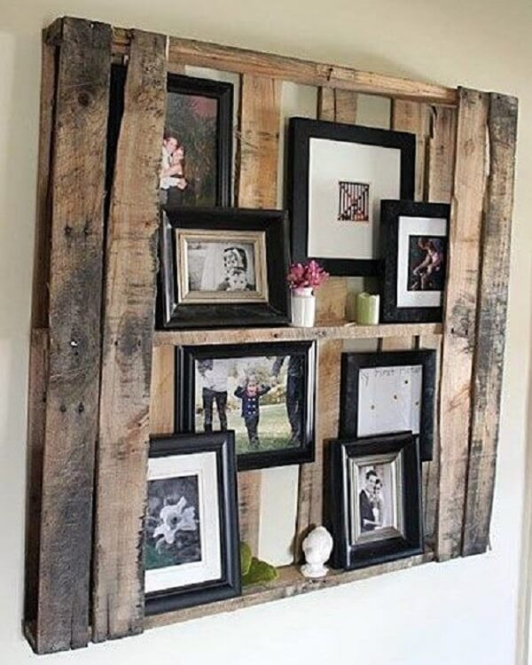 Pallet used as a support for photo frames
