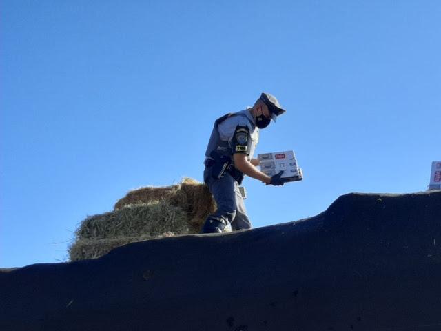 Fiscalização apreende cigarros contrabandeados do Paraguai que estavam escondidos embaixo de carga de feno em caminhão