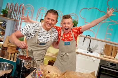 Claes Ostwald och Alvin Sundström vid köksbänken.