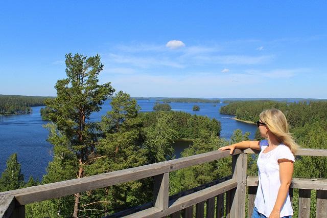 Nainen katsoo maisemaa Hakamäen näkötornista