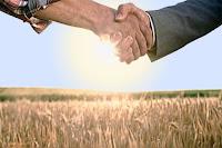 Tarla sahibi ağayla anlaşıp el sıkışan maraba çiftçi