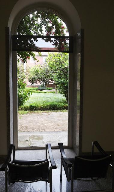 duas cadeiras posicionadas em frente a uma porta para um jardim
