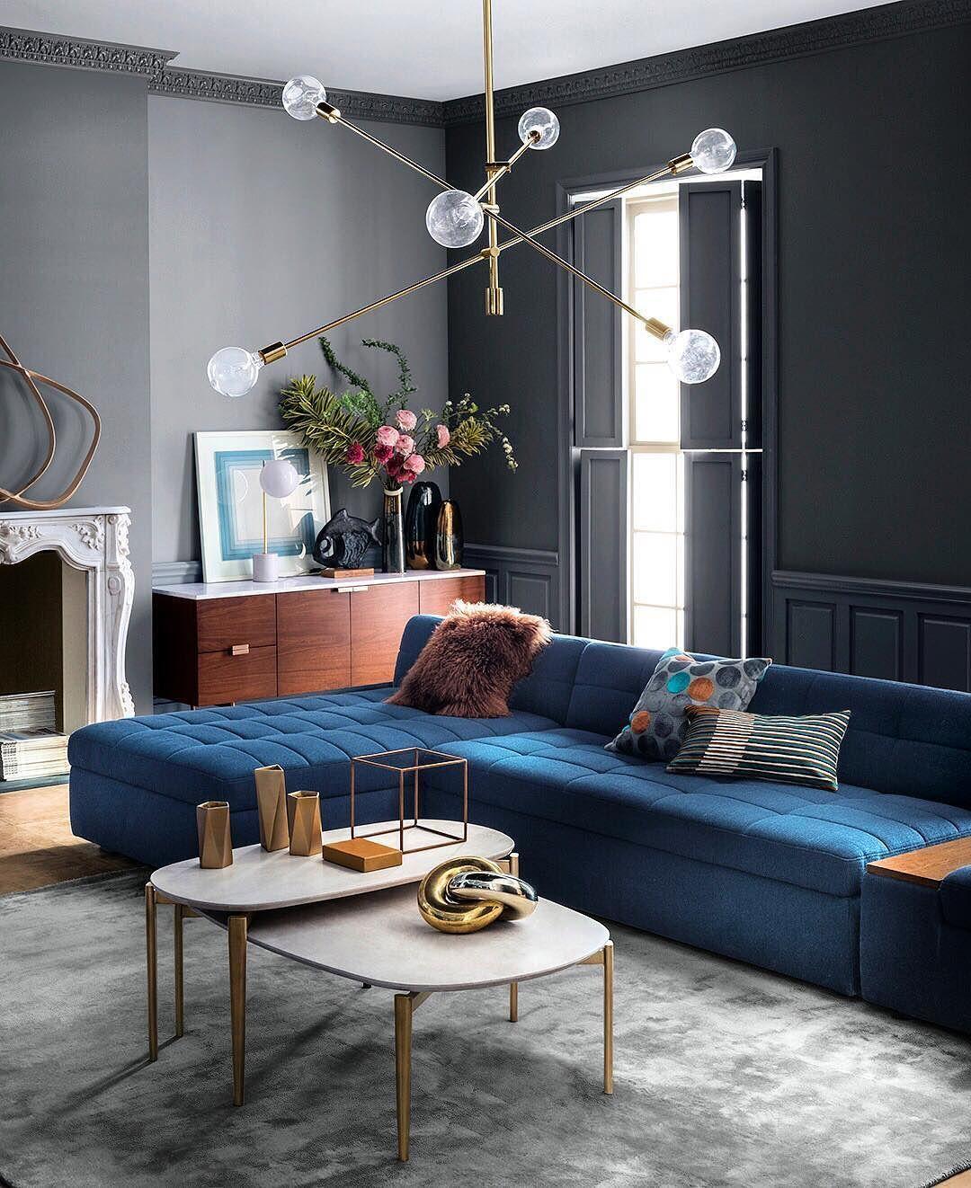 Salón con sofá con tapicería en color Classic Blue (color del año 2020)