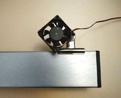 自作冷却ファンをクリップでアクア用ライトに固定(表)