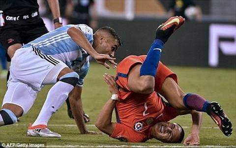 Tình huống nguy hiểm của Sanchez với đối thủ