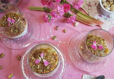 Panna cotta sin gelatina, con compota de  ruibarbo y pistachos caramelizados