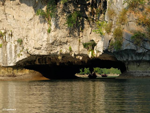 rocher creusé baie halong voyage vietnam tour bateau par cat ba, mer montagne paysage vietnam