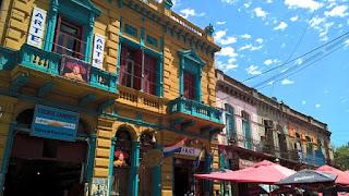 Casa de colores, madera y chapas en la Boca en Buenos Aires