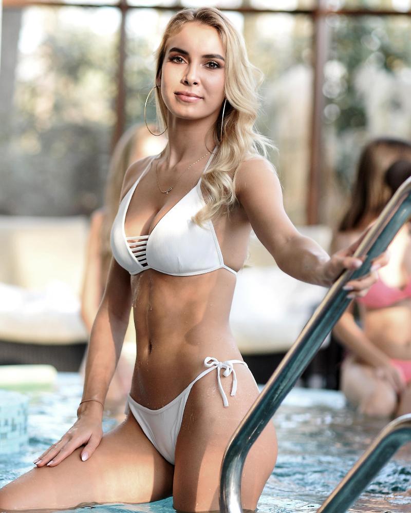 Wanita Seksi Polandia sadowska w bikini putih