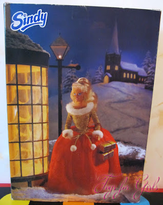 Вид коробки сзади: на картинке нарисована кукла Синди из коллекции Sindy Noel Hasbro 1996