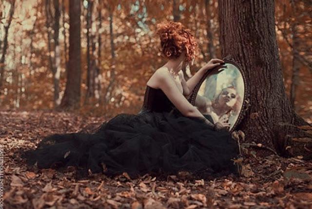 grua me pasqyrë në dorë në një ditë vjeshte