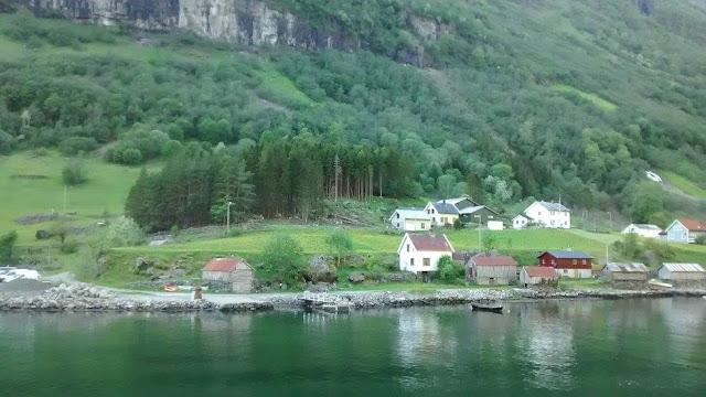 Recorriendo el fiordo Nærøyfjord (@mibaulviajero)