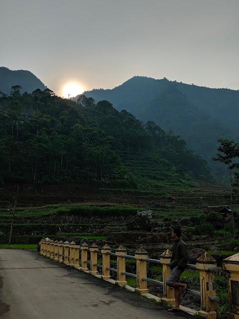 matahari muncul dari balik bukit