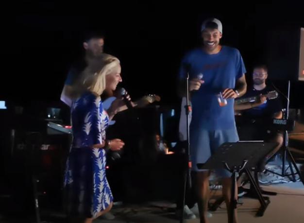 Πρίντεζης και Μπεκατώρου τραγουδούν και κλέβουν την... παράσταση