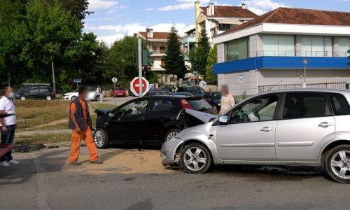 Η σύγκρουση ήταν σφοδρές και τα δύο αυτοκίνητα υπέστησαν σοβαρές υλικές ζημιές. Από το ατύχημα τραυματίστηκε ελαφρά ο οδηγός του ενός αυτοκινήτου ο οποίος με ασθενοφόρο του ΕΚΑΒ μεταφέρθηκε στο νοσοκομείο