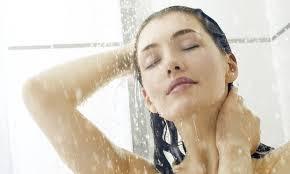 Você sabia que a forma de lavar os cabelos pode sofrer uma modificação na saúde dos fios? Para ter cabelos saudáveis precisamos cuidar deles, não é apenas lavar com o seu produto preferido e deixar pra lá. Muitas pessoas podem está cometendo erros com os seus cabelos e não sabem, veja abaixo alguns erros ao lavar os cabelos: