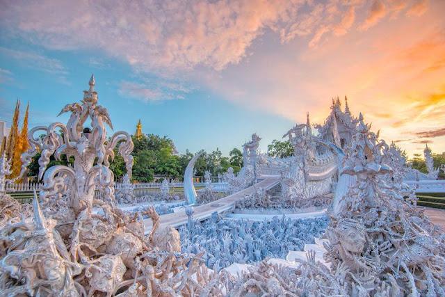 Wat Rong Khun hay còn có tên gọi chùa Trắng mang kiến trúc kỳ lạ và đẹp bậc nhất thế giới ở Chiang Rai. Khác với màu vàng chủ đạo của các ngôi chùa ở Thái Lan, Wat Rong Khun phủ một màu trắng tượng trưng cho sự tinh khiết. Nét kiến trúc, những đường chạm trổ tinh xảo khiến ngôi chùa trở nên nổi bật giữa không gian thoáng đãng xung quanh.