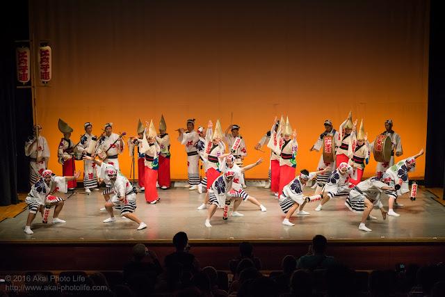 せいせき桜まつり、関戸公民館ヴィータ8Fのホールで阿波踊りを踊る江戸っ子連の舞台踊りの写真