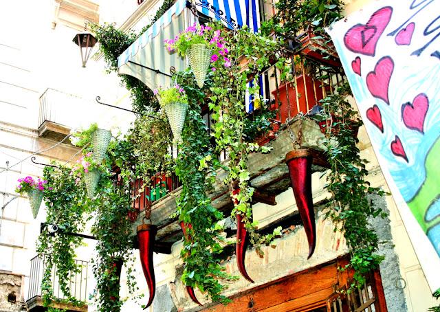 balcone, corni, piante, addobbi, spaccanapoli, Napoli