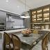 Cozinha com ilha, louceiro e decor clássico toda em laca fendi!