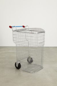 LOS CARPINTEROS | Trash – Shopping Cart, (2008) | Aço cromado e plástico 115 x 55 x 82 cm. Foto: Jason Wyche Cortesia Sean Kelly Gallery, New York / Edouard Malingue Gallery, Hong Kong © Los Carpinteros