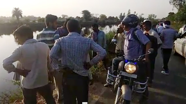 A tractor filled with bricks, Agra collapsed in Agra canal, driver's conductor injured