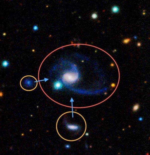 """NGC-1073 y sus dos """"nubes"""""""