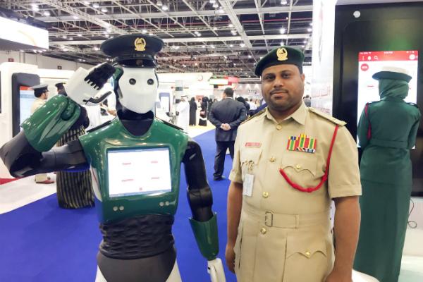 دبي تكشف عن أول شرطي آلي