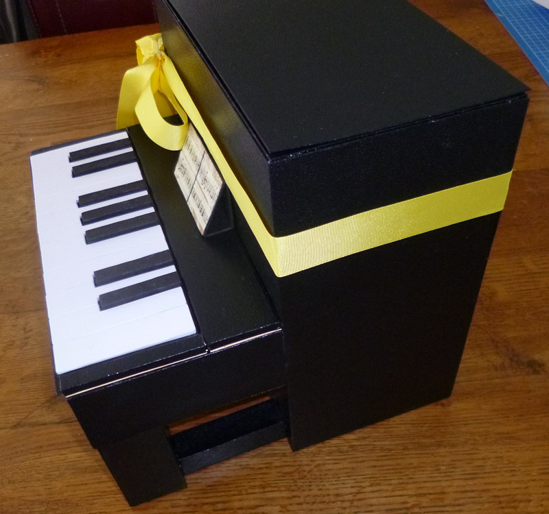 Je m 39 clate avec mes 10 doigts une urne piano pour une mari e pianiste - Fabriquer une urne anniversaire ...