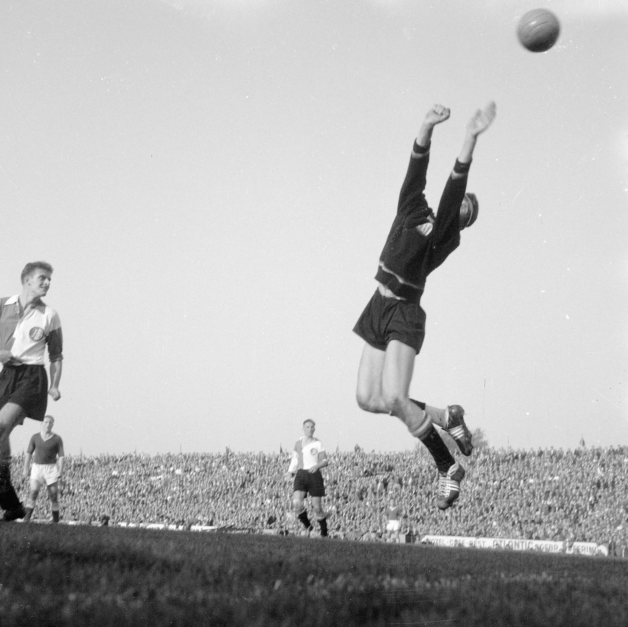 Teun van Pelt (Feyenoord) heerst tegen Ajax in de lucht