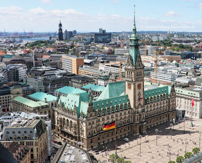 turmbesteigung st petri kirche hamburg, blick auf das rathaus von oben